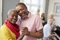 Retrato de los pares mayores que gozan del club de baile junto fotos de archivo