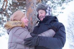 Retrato de los pares mayores que se divierten al aire libre en bosque del invierno fotos de archivo