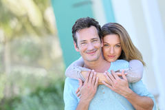 Retrato de los pares que abrazan al aire libre Fotos de archivo libres de regalías