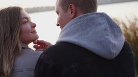 Retrato de los pares románticos que se relajan en caricias en el lago almacen de metraje de vídeo