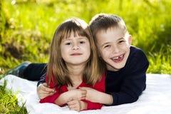 Retrato de los pequeños niños sonrientes felices muchacho y muchacha en soleado Fotografía de archivo libre de regalías