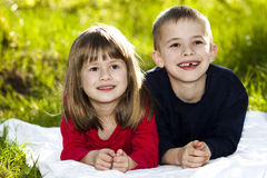 Retrato de los pequeños niños sonrientes felices muchacho y muchacha en soleado Imagenes de archivo