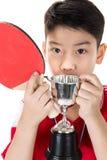 Retrato de los tenis de mesa asiáticos felices del juego del muchacho Foto de archivo