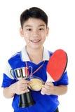 Retrato de los tenis de mesa asiáticos felices del juego del muchacho Fotografía de archivo