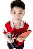 Retrato de los tenis de mesa asiáticos felices del juego del muchacho Fotografía de archivo libre de regalías