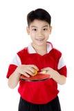 Retrato de los tenis de mesa asiáticos felices del juego del muchacho Foto de archivo libre de regalías