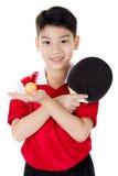 Retrato de los tenis de mesa asiáticos felices del juego del muchacho Imágenes de archivo libres de regalías