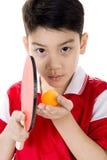 Retrato de los tenis de mesa asiáticos felices del juego del muchacho Fotos de archivo libres de regalías