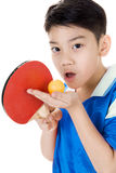 Retrato de los tenis de mesa asiáticos felices del juego del muchacho Imagenes de archivo