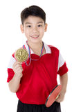Retrato de los tenis de mesa asiáticos felices del juego del muchacho Fotos de archivo