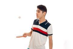 Retrato de los tenis de mesa practicantes del deportista hermoso en el uniforme aislado en el fondo blanco Foto de archivo