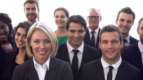 Retrato de los trajes que llevan multiculturales del personal de oficina almacen de metraje de vídeo