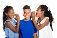 Retrato de los tres niños negros felices, fondo blanco fotos de archivo