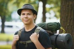 Retrato de los turistas de un hombre joven en sombrero con la mochila al aire libre Fotografía de archivo