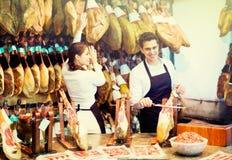 Retrato de los vendedores que ofrecen el jamon sabroso Fotos de archivo