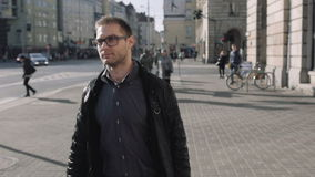 Retrato de los vidrios del ojo del hombre que llevan joven que caminan en las calles de la ciudad almacen de metraje de vídeo