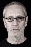 Retrato de los vidrios que llevan de un hombre serio Imagen de archivo libre de regalías