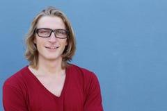 Retrato de los vidrios que llevan rubios casuales del hombre joven y de la camiseta roja del cuello en v Imagen de archivo