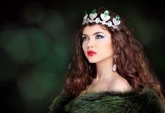 Retrato de lujo de la mujer hermosa con el pelo largo en abrigo de pieles. Jewe Fotos de archivo