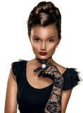 Retrato de luvas vestindo da mulher esperta moreno bonita Fotografia de Stock