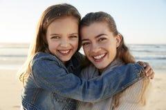 Retrato de mãe e de filha loving na praia do inverno fotos de stock