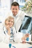 Retrato de médicos com imagem do raio X Fotos de Stock Royalty Free