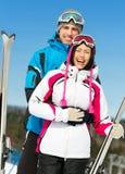 Retrato de medio cuerpo de abrazar a esquiadores de las montañas Fotografía de archivo libre de regalías