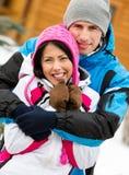 Retrato de medio cuerpo de abrazar pares felices Imagen de archivo libre de regalías