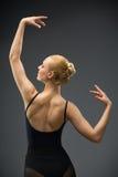 Retrato de medio cuerpo de bailar al bailarín de ballet de sexo femenino con las manos para arriba foto de archivo libre de regalías