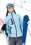 Retrato de medio cuerpo de la hembra con los esquís Foto de archivo