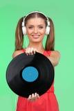 Retrato de medio cuerpo del adolescente con música que escucha de los auriculares Foto de archivo libre de regalías