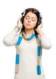 Retrato de medio cuerpo del joven que escucha la música Foto de archivo libre de regalías