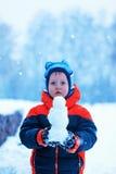 Retrato de medio cuerpo del muchacho que se coloca en el parque del invierno que lleva a cabo el SM Foto de archivo libre de regalías