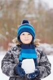 Retrato de medio cuerpo del muchacho que se coloca en parque del invierno Foto de archivo