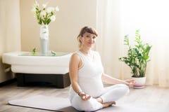 Retrato de meditar grávido da mulher da ioga Foto de Stock Royalty Free