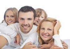 Retrato de membros da família caucasianos no grupo que coloca no sofá Fotos de Stock Royalty Free