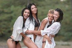 Retrato de meninas das amigas no verão fotos de stock royalty free