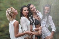 Retrato de meninas das amigas no verão imagem de stock royalty free