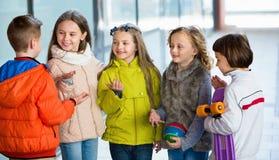 Retrato de meninas e de meninos da escola júnior Imagens de Stock Royalty Free