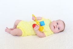 Retrato de 2 meses bonitos do bebê com chocalho Fotografia de Stock Royalty Free