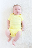 Retrato de 2 meses bonitos do bebê no bodysuit amarelo Fotos de Stock Royalty Free