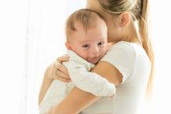 Retrato de 3 meses bonitos do bebê de sorriso idoso que abraça a mãe imagem de stock royalty free