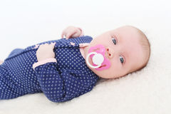 Retrato de 2 meses de bebé con el soother Foto de archivo