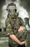 Retrato de 9 meses de mujer embarazada en gas-máscara Fotografía de archivo libre de regalías