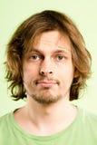 Alto backgroun del verde de la definición del hombre de la gente real seria del retrato Foto de archivo libre de regalías