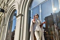 Retrato de moda de la señora con el pelo largo en ciudad Imagen de archivo