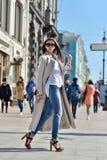 Retrato de moda de la señora con el pelo largo en ciudad Foto de archivo libre de regalías