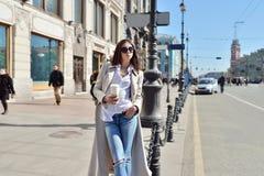 Retrato de moda de la señora con el pelo largo en ciudad Foto de archivo