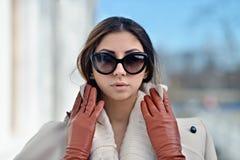 Retrato de moda de la señora con el pelo largo en ciudad Imágenes de archivo libres de regalías