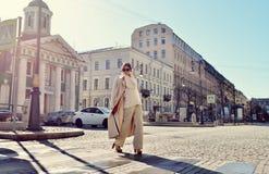 Retrato de moda de la señora con el pelo largo en ciudad Fotos de archivo libres de regalías